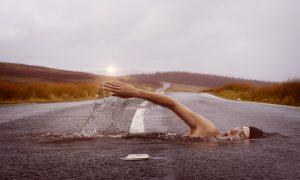 nuotatore che nuota su una strada passo dopo passo